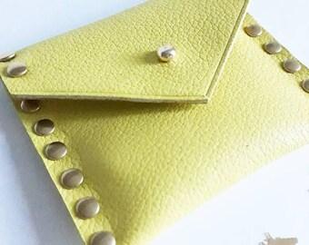 Porte-monnaie en cuir jaune et clous dorés