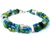 Halskette mit Glasperlen in Aqua Farben. Handgefertigte Kette, Perlen und Knöpfe, grün, türkis, transparant, blau. Türkis Perlenkette, Glas