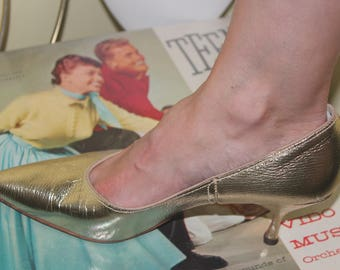 1950s 60s Size 7 1/2 Metallic Yellow Gold Heels Pumps Pointed Shoes