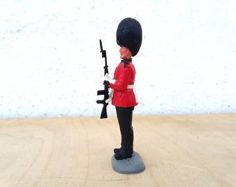 Timpo Toys ... Guardsman ... 2nd version ... Royal Guards ... soldier presenting rifle