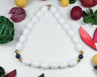 Girocollo vintage anni '70 firmato MONET perle in resina bianca e distanziatori blu e oro