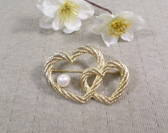 AAi! Beautiful Vintage Gold Tone Double Heart Brooch With A Faux Pearl Signed AAi  DL#3051