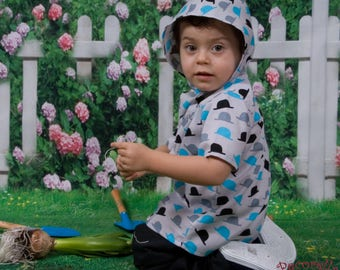 """Boy's short sleeves shirt in grey with """"hat"""" print and hood"""