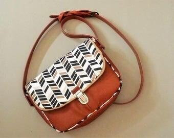 leather messenger shoulder bag camel/geometric arrows, Pocket style shoulder bag