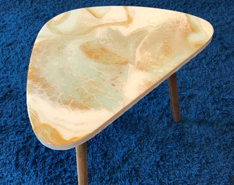 "Resin side table "" golden cells "" ca. 40 cm high, kidney shaped"
