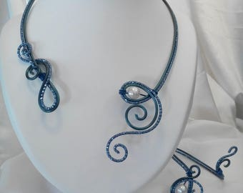 Necklace / bracelet in royal blue aluminum wire