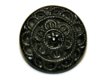 8 vintage buttons made of metal