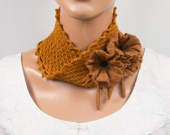 Col écharpe-Col snood ou bandeau au crochet et fleurs en laine feutrée - Couleur Camel