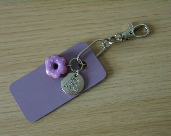 DESTASH. Keyring with purple plate and donut and medal