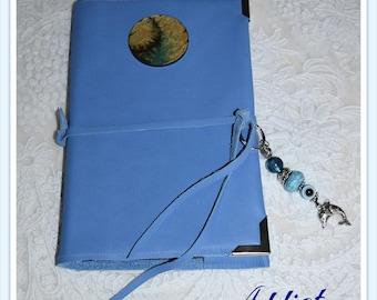 Protège agenda ou livre - en cuir bleu clair et son cabochon original avec son bijoux porte bonheur