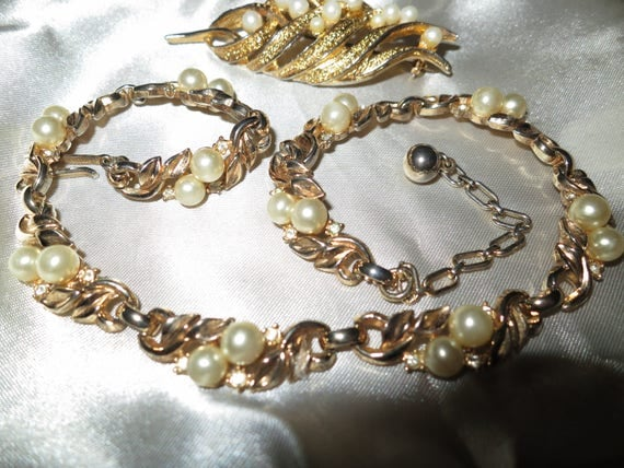 Lovely vintage Hollywood fx pearl brooch and necklace set