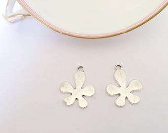 Set of two charms in the shape of silver metal flower