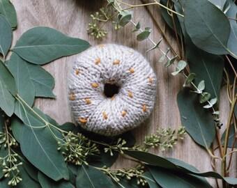 Hand knit donut / Linen