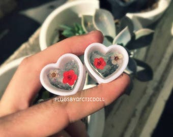 Pair of plugs 22mm heart shaped real dried flowers