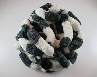 6 skeins wool tassels, color China gray black dark and white, 100% polyester.