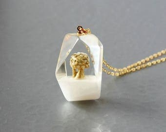 Tree in the ice.  white pearl - 14kgf chain