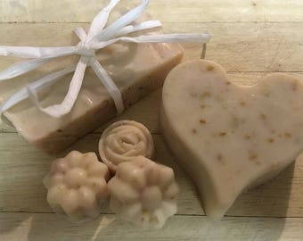 Vanilla & honeysuckle goats milk soap with oatmeal