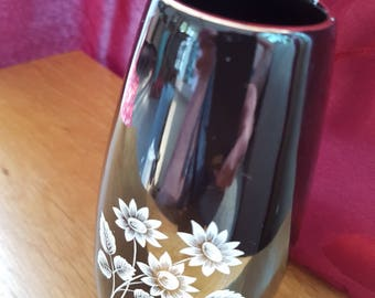 Wade Black Vase With White flowers