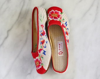 Chinese Beige and Red Floral Embroidered Slippers