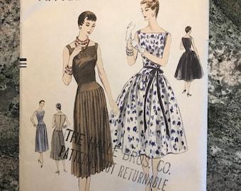 Vogue Pattern - 8501 - Size 14. Bust 32.