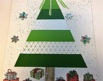 Green and white christmas tree mixed media canvas with presents under tree. #christmastreeart #christmastreecanvas #christmasdecoration