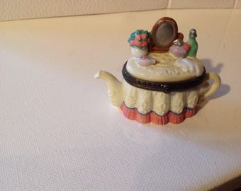 Teapot as dressing table