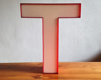 T - Letter red and white - plastic vintage