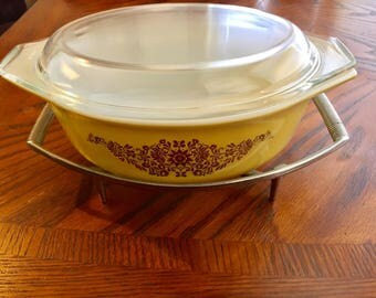 Pyrex Golden Garland 1 1/2 QT Casserole Dish with lid and trivet/stand