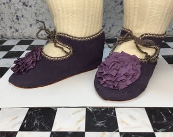 """Leather doll shoes 10,5 cm  -   4  1\8 """" French style for an antique doll lavender with soft purple rosettes ."""