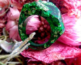 Faceted emerald green resin ring, abello resin with gold leaf. Emerald-like ring. Handmade