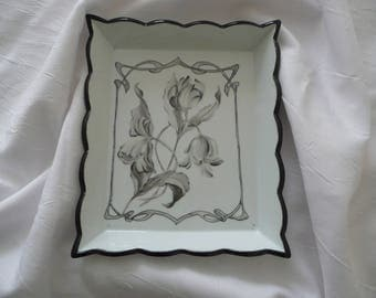 Large empty pocket in black and white, painted porcelain, 3 tulips pattern and leaves framed in an Art Nouveau pattern