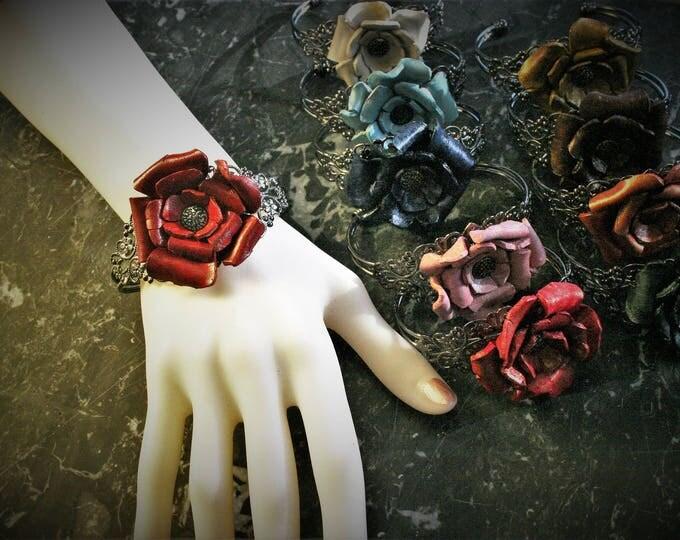 Bracelet bijou Rose fleur de cuir moulé sur jonc dentellé de métal gris ultra féminin chic glamour spécial fêtes cadeau femme idéal