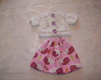 clothes for dolls 32 33 cm, compatible with the chéries(jupe en coton imprimé avec deles de hérissons et un gilet ou pull)