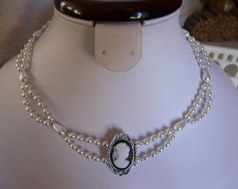 NECKLACE CAMEO WITH PEARLY BEADS