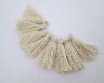 8 pompons en fils de coton longueur 3 cm couleur : beige clair