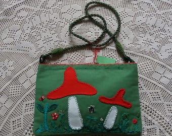 Juvenile green handbag with a side hand embroidery