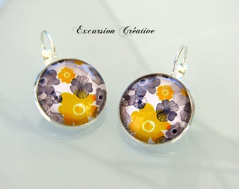 Earrings sleepers cabochons 20 mm flowers - grey and yellow on white background