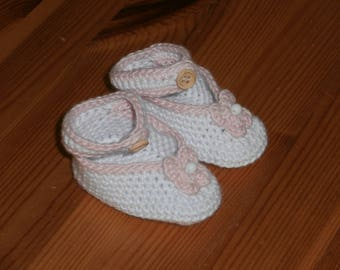 Baby shoes - crocheted - flower