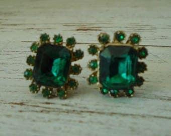 Vintage green glass / faux emerald screw on earrings, vintage green costume jewelry,