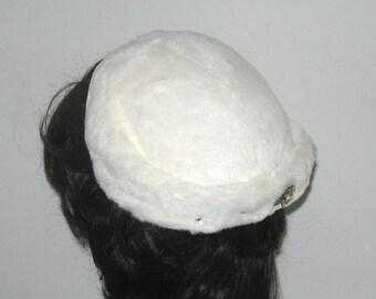 White wedding hat Hat . white velvet Hat . Wedding Hat . faux fur hat . 50s wedding hat