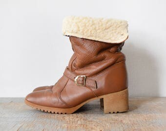 70s ankle boots, vintage 1970s sherpa lined boots, whiskey brown leather cuffed fleece chunky heel boots, size 8 boots