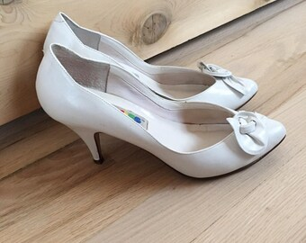 Vintage 80s White Leather Rose Pumps, Leather Shoes, Leather Heels, Flower Shoes, Size 7M