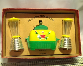 Vintage Toaster and blender salt and pepper set