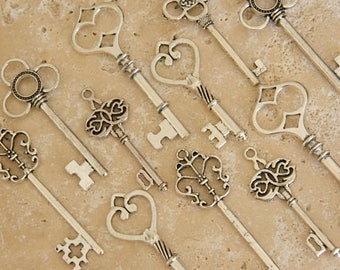 30 skeleton keys silver keys bulk wedding favors steampunk keys Alice in Wonderland keys antique keys vintage old keys clés anciennes charms