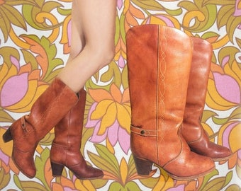 20% OFF FLASH SALE Vintage 1970's Cognac Honey Brown Southwestern Stacked Heel Leather Western Cowboy Boho Hippie Bootlegger Boots || Size 6
