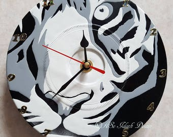 Personalized wall clock on vinyl (17.5 cm in diameter) tiger head pop art black and white