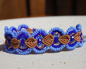 Adjustable macrame bracelet in brown en blue color