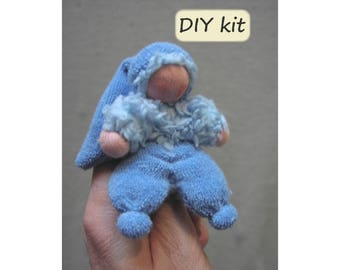 DIY. Do it yourself kit finger puppet/doll 'Duimpie', instructions with pattern (PDF) and materials. Waldorf doll. Color: blue