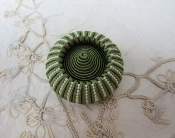 GREEN & WHITE  Large Vintage Sewing Button - Textile - - bouton couture vert et blanc