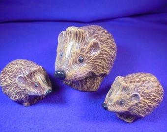 3 hedgehogs, set, 11x6 cm / 7x3,5 cm, ceramic hand painted